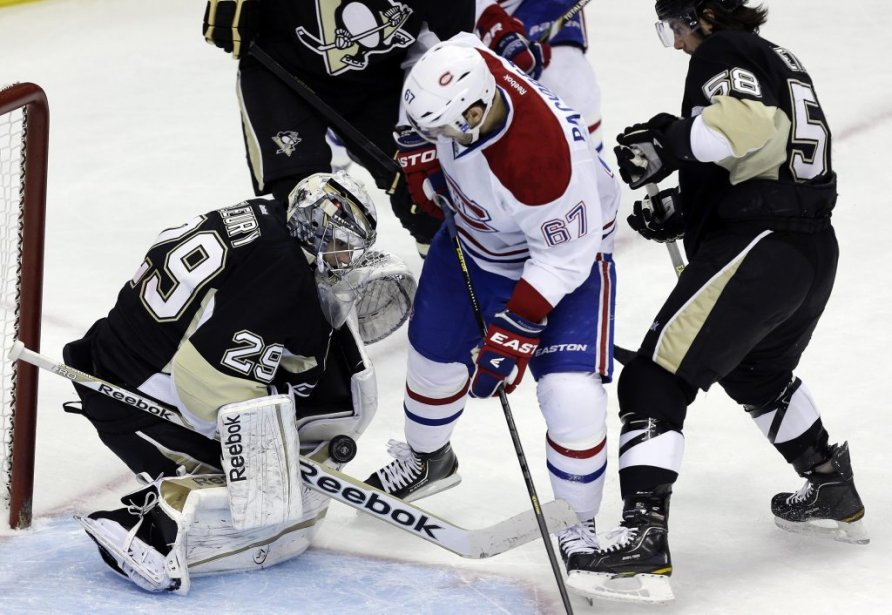 Max Pacioretty (67) attend un retour devant le filet de Marc-André Fleury (29). (PHOTO GENE J. PUSKAR, AP)