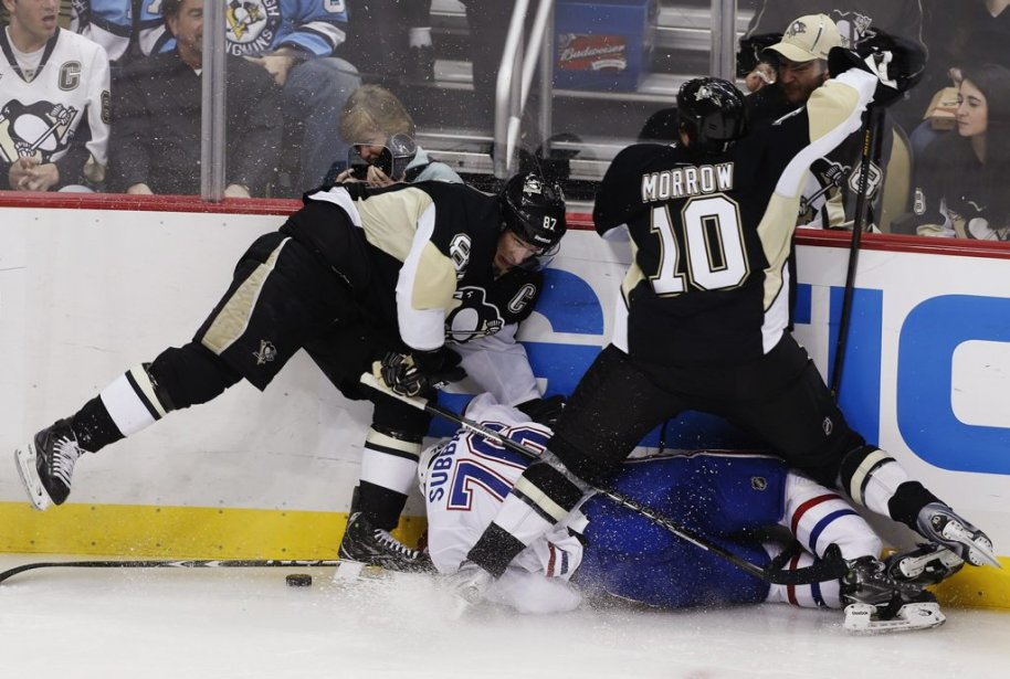 Brenden Morrow (10) plaque P.K. Subban (76) en présence de Sidney Crosby (87). (PHOTO JASON COHN, REUTERS)