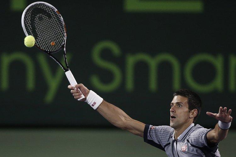 Le triple champion Novak Djokovic a perdu 6-2, 6-4 face à... (Photo: Reuters)