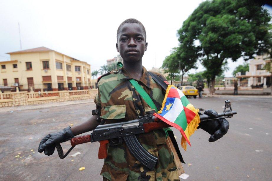 Un rebelle de la coalition armée Séléka, qui... (PHOTO SIA KAMBOU, AFP)
