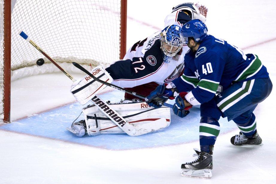 Maxim Lapierre, des Canucks, a déjoué le gardien... (Photo Jonathan Hayward, PC)