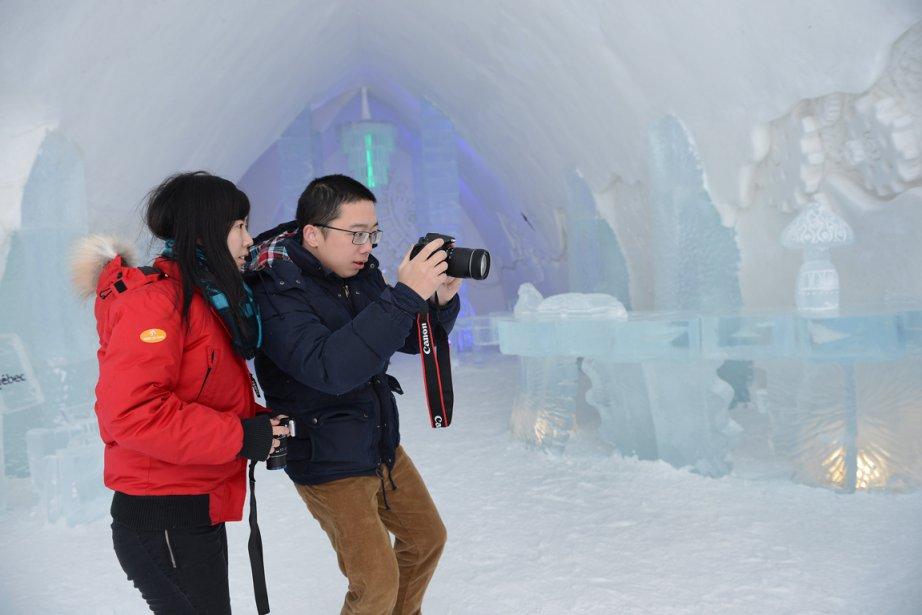 Des touristes prennent des photos de l'Hôtel de... (Photo Patrice Laroche, le Soleil)