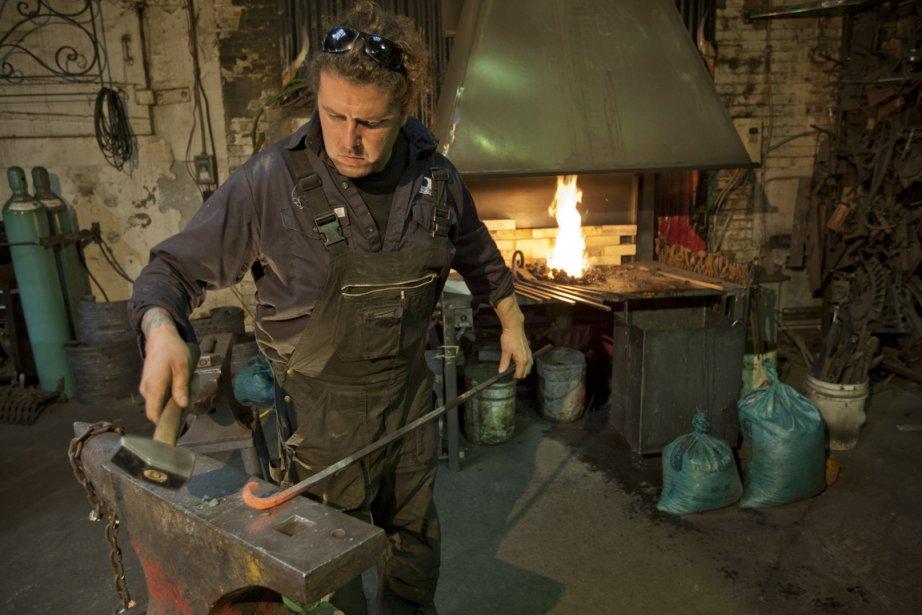 Luc Lapointe roule le fer à chaud, dans... (Photo David Boily, La Presse)