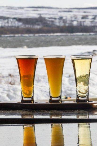 À la microbeasserue des Beaux-Prés, on brasse stouts, pale ales, Weizenbocks et Hefeweizens et les bières sont dégustées avec vue sur le fleuve et l'Île d'Orléans. (Photo Olivier Pontbriand, La Presse)