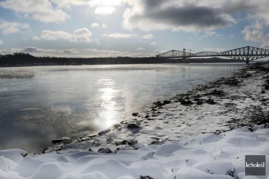 Le fleuve Saint-Laurent, à la hauteur des ponts... (Photothèque Le Soleil, Erick Labbé)