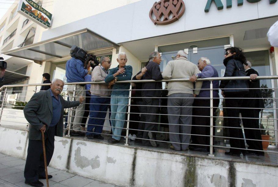 Les banques à Chypre ont rouvert jeudi pour six heures après 12 jours de...