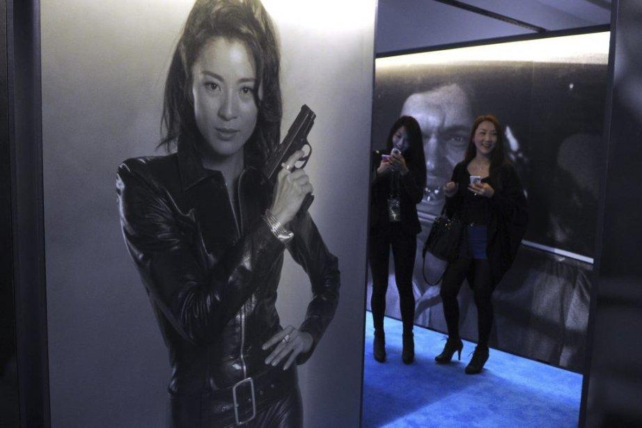 Une affiche de Michelle Yeoh dans Tomorrow Never... (Photo: AFP)