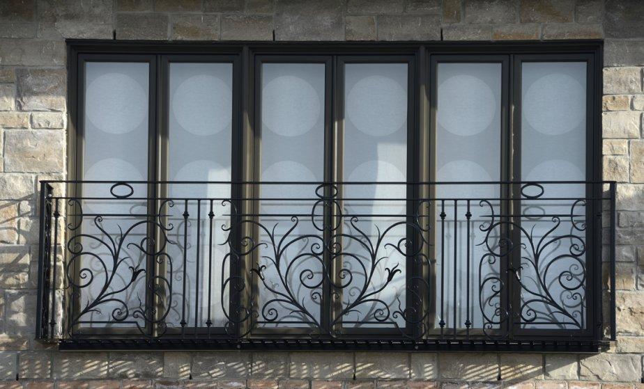 La structure de fer est juste assez large, 18 pouces, pour qu'on y reçoive debout la sérénade, comme Juliette, à son balcon, écoutait Roméo. | 28 mars 2013