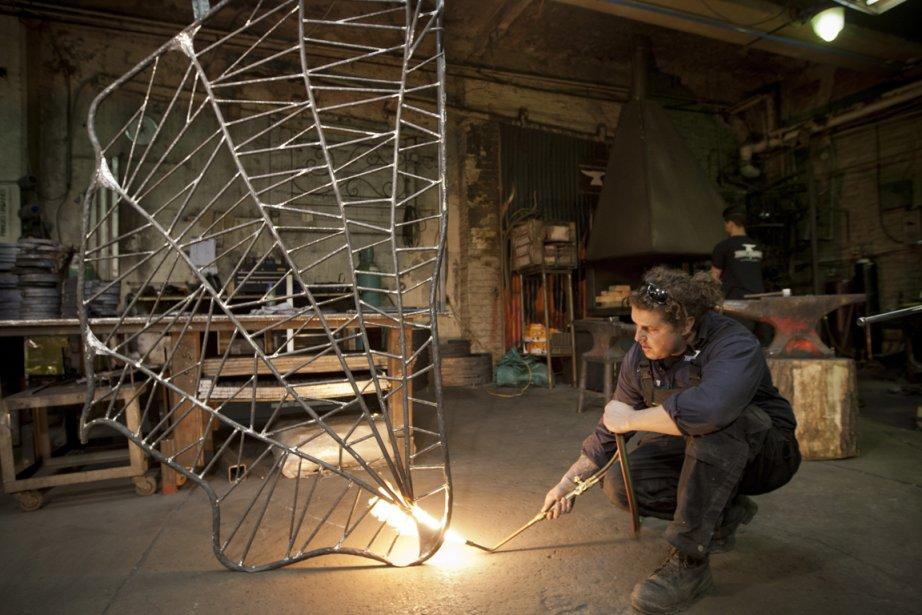 Luc Lapointe, dans son atelier Forges urbaines, travaille sur un garde corps pour un client qui aime les araignées. | 28 mars 2013