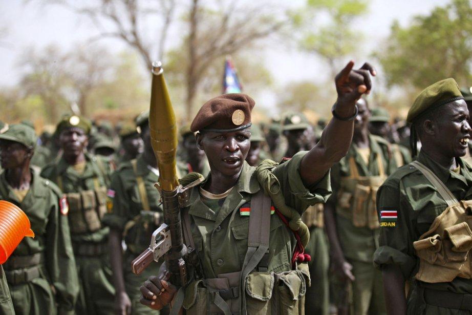 Des soldats de l'armée sud-soudanaise près de la... (PHOTO HEREWARD HOLLAND, REUTERS)