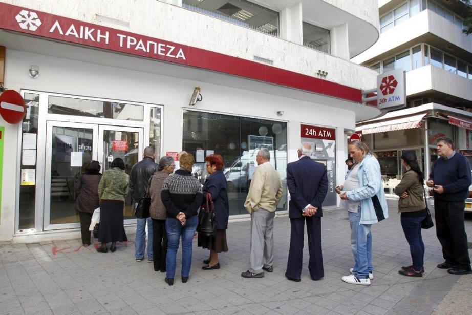 Des files d'attente limitées se sont à nouveau... (Photo Bogdan Cristel, Reuters)