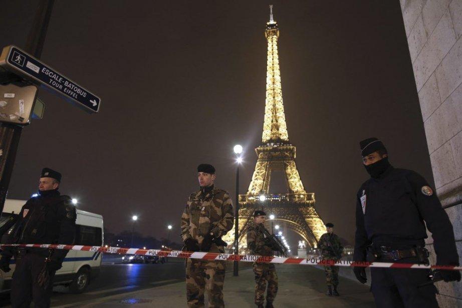 Des policiers montent la garde près de la... (PHOTO THOMAS COEX/ AFP)