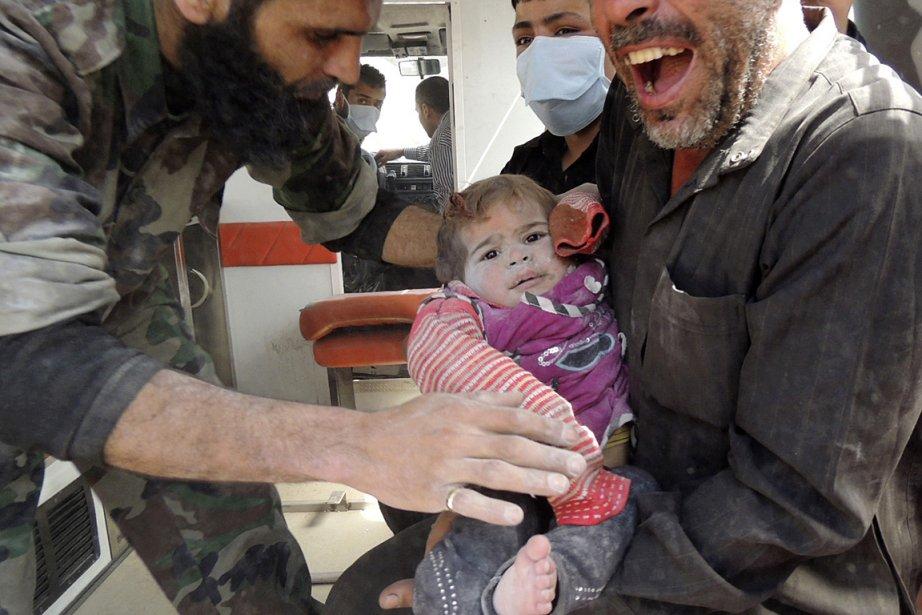 Sur cette photo, un homme transporte son enfant... (Photo: Reuters)