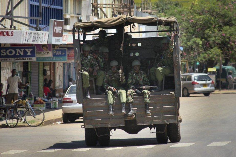 Des policiers patrouillent les rues de Kisumu, où... (PHOTO AP)