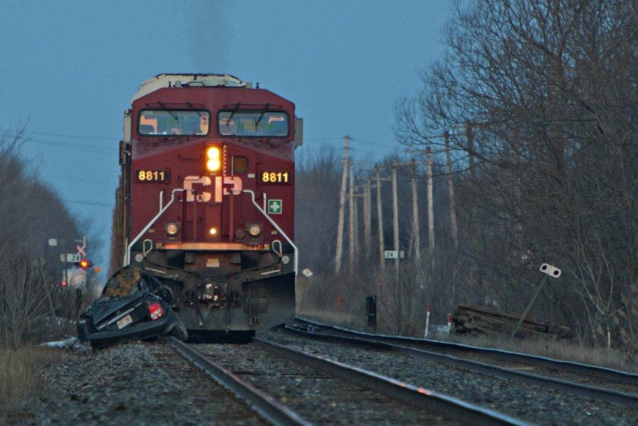 Un train a percuté une voiture abandonnée à... (Photo: Félix-Olivier Jacques Fournier, collaboration spéciale)