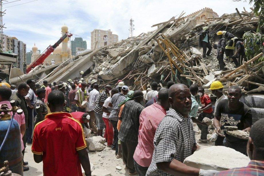 Des secouristes déplaçaient des débris de l'immeuble effondré,... (PHOTO AP)