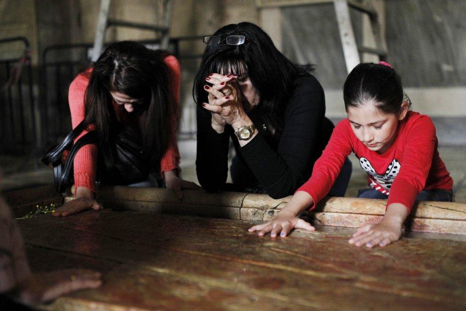Des catholiques prient sur la Pierre de l'Onction,... (PHOTO AMIR COHEN, REUTERS)