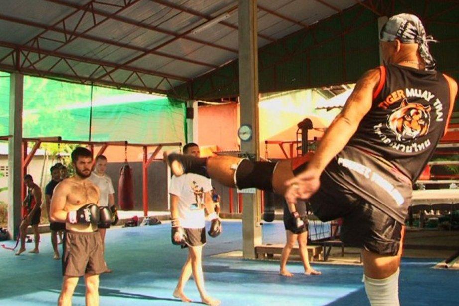 Avec la boxe thaïe, les touristes combattent les... (PHOTO AFP)