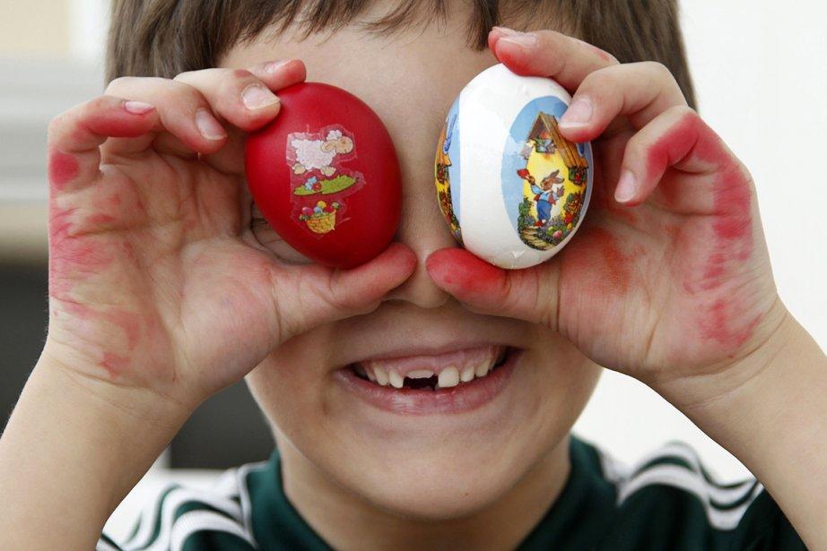 Un enfant libanais se couvre les yeux avec des oeufs... | 2013-03-31 00:00:00.000