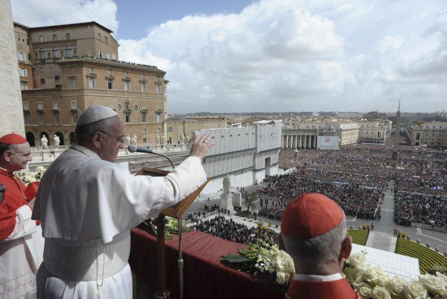 Le pape François a adressé un message d'espérance et de paix aux 250 000 fidèles rassemblés sur la place Saint-Pierre et aux millions de catholiques et de non catholiques qui suivaient ses paroles à la radio, sur internet ou à la télévision. | 31 mars 2013