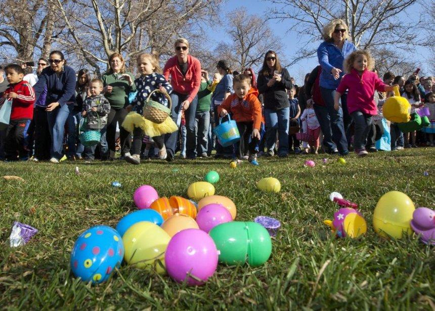 Des enfants se précipitent pour ramasser des bonbons et autres gourmandises au  Idaho. | 31 mars 2013