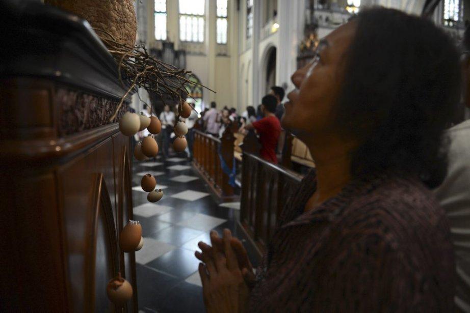 Une femme prie à la cathédrale de Jakarta, en Indonésie, où la minorité chrétienne vit l'intolérance religieuse. | 31 mars 2013