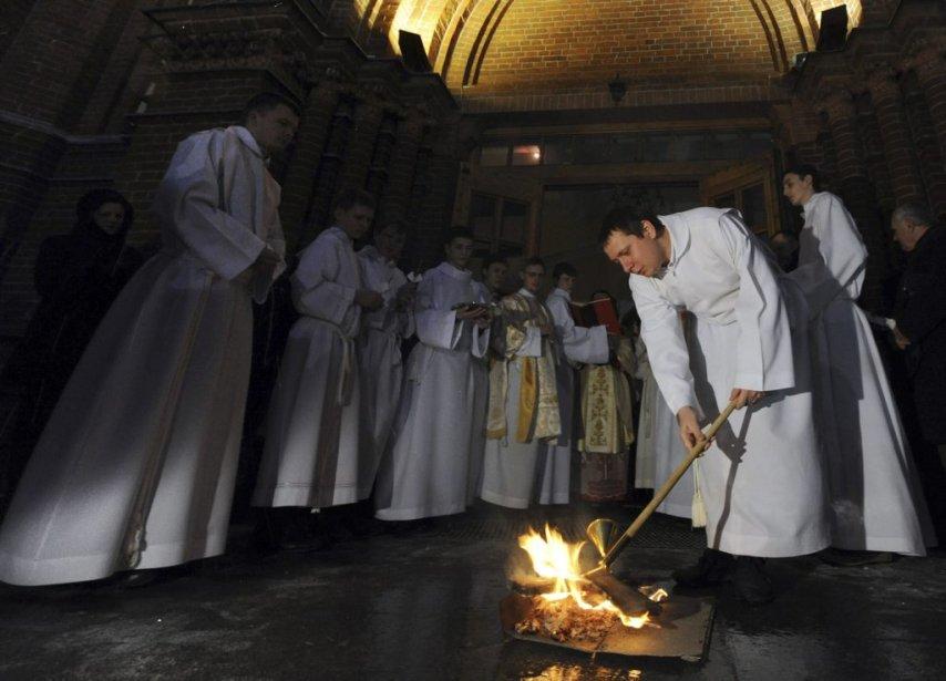Un prêtre catholique allume le feu de Pâques dans la Cathédrale de l'Immaculée-Conception de Moscou. | 31 mars 2013