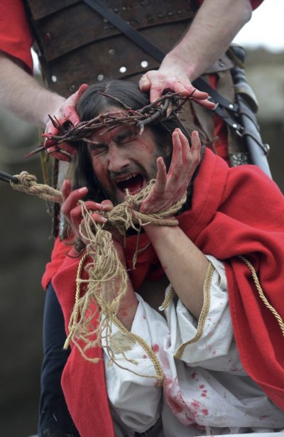 Un acteur reproduit la Passion du Christ en République tchèque. | 31 mars 2013