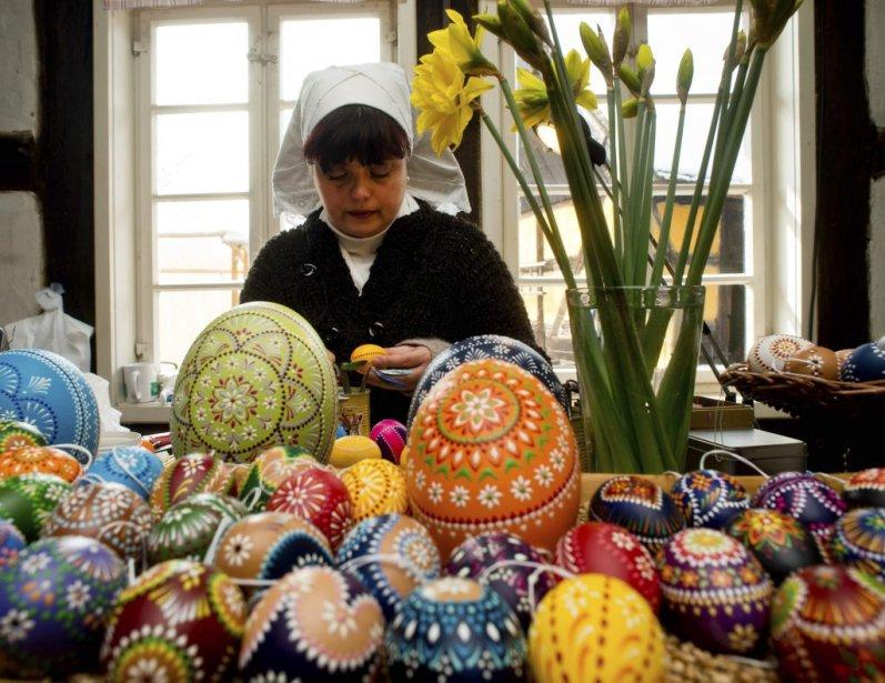 Une femme décore des oeufs de Pâques dans le musée Spreewalddorf, à Lehde, en Allemagne. Pâques marque le début du tourisme dans la région. | 31 mars 2013