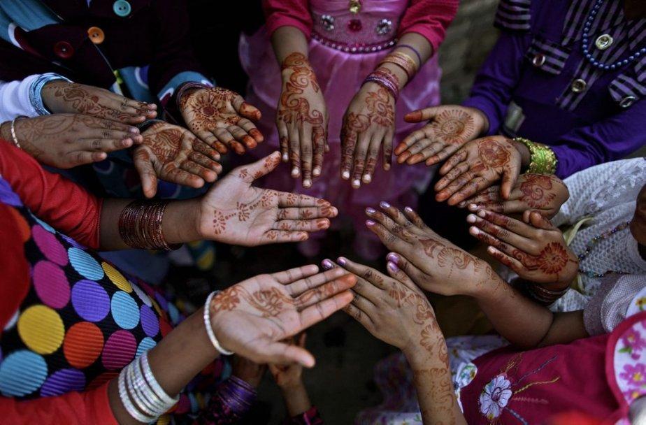 De jeunes filles pakistanaises montrent leurs mains décorées à l'occasion de Pâques. | 31 mars 2013