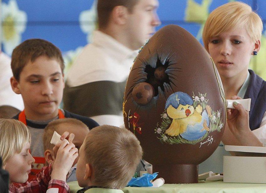 Des orphelins de Pologne décorent des oeufs en chocolat dans le palais présidentiel de Varsovie après une invitation de la première dame. | 31 mars 2013