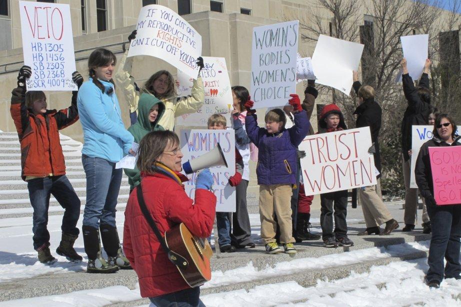 Quelques dizaines de manifestants se sont réunis la... (Photo James MacPherson, associated press)