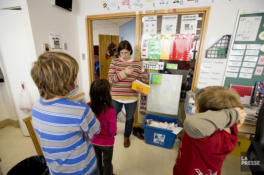 Karine Valois, enseignante dans la classe d'attachement, avec... (Photo: Alain Roberge, La Presse)