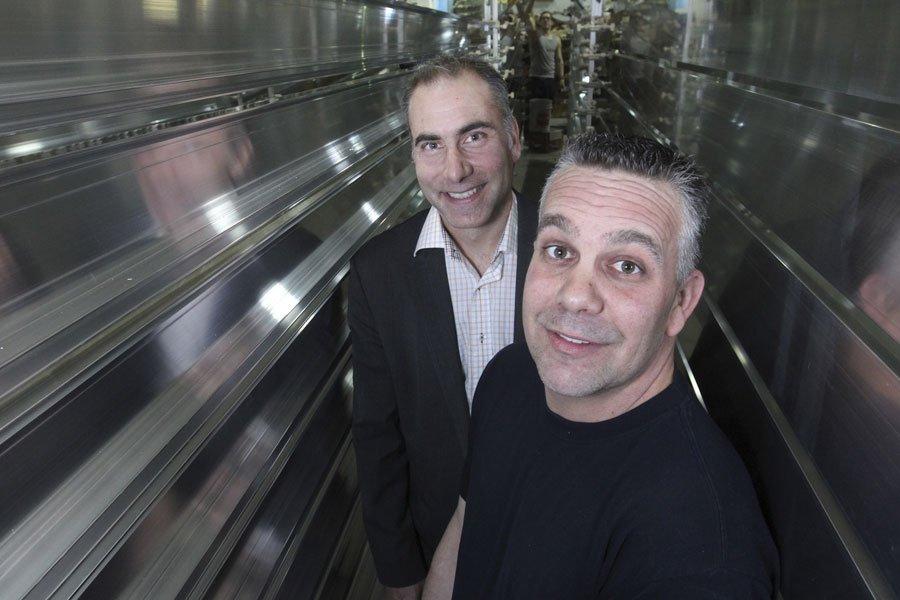 Bernard Harvey, vice-président finance, et David Levasseur, ouvrier... (PHOTO STÉPHANE CHAMPAGNE, COLLABORATION SPÉCIALE)