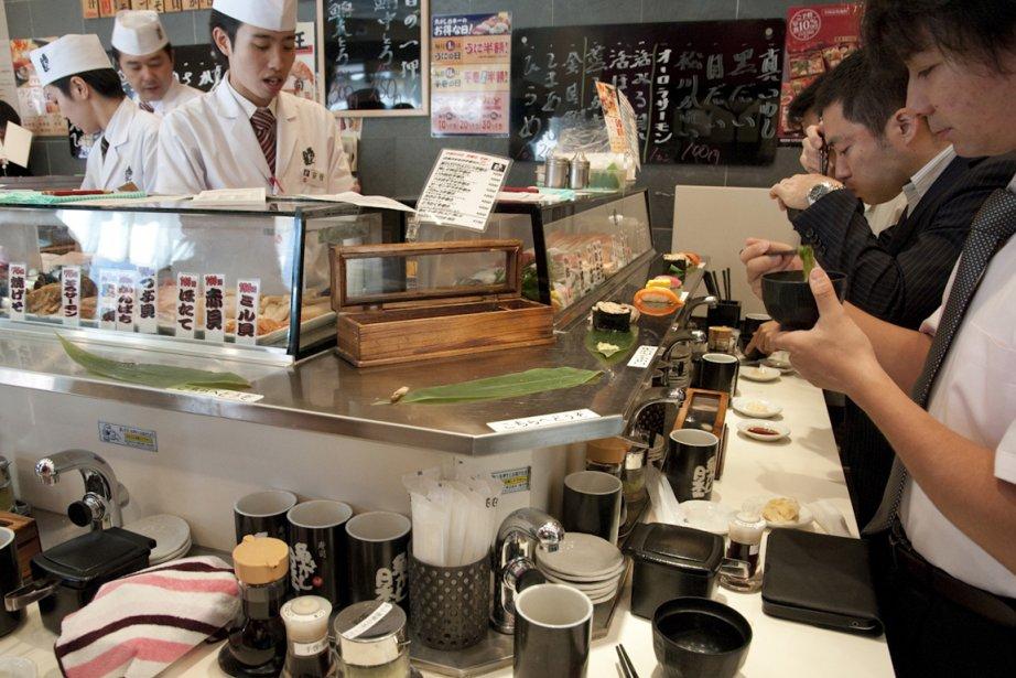 Dans ce bar à sushi exigu de Tokyo,... (Photo MARIE-SOLEIL DESAUTELS, La Presse)
