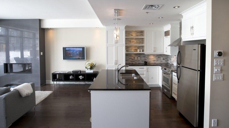 La cuisine du condo témoin comporte un plan de travail en granit et des armoires laquées. Mais les copropriétaires sont bien libres d'aménager leur appartement à leur guise, au gré de leurs fantaisies. | 2 avril 2013