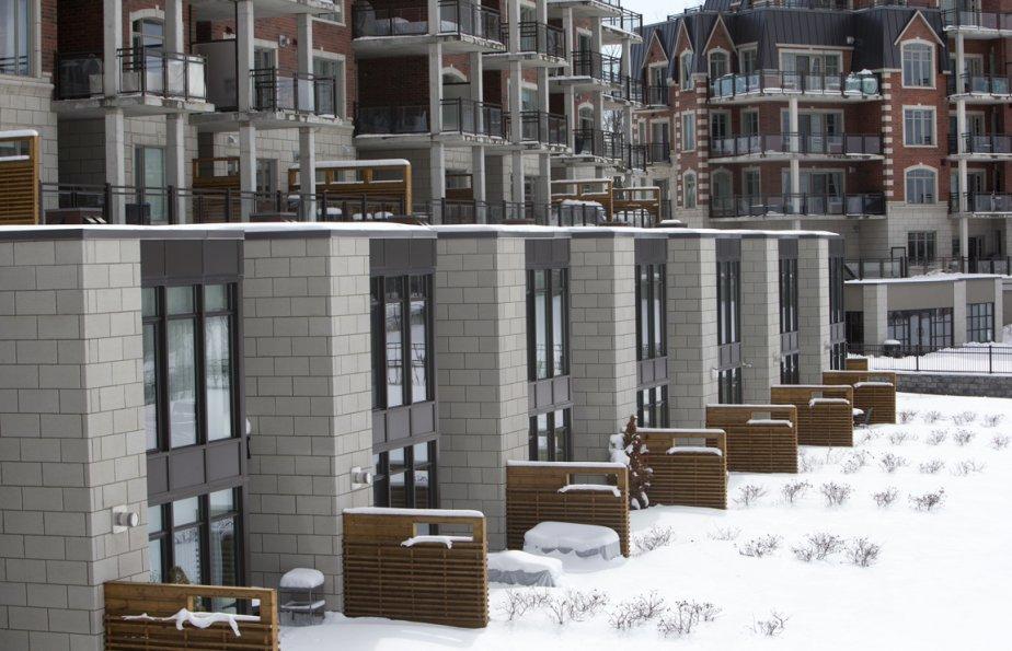 Le troisieme immeuble du complexe Saint Bruno sur le lac se distingue avec ses maisons en rangée à l'architecture contemporaine et aux grandes fenêtres, construites au niveau terrasse. | 2 avril 2013