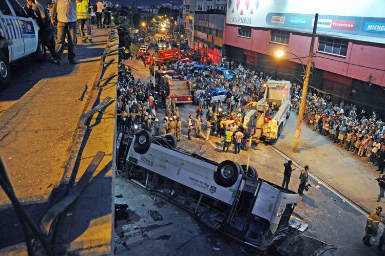 Le bus est tombé, sur le toit, d'une... (Photo: AFP)