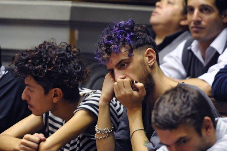 Des membres de la communauté gaie ont assisté... (Photo: AFP)