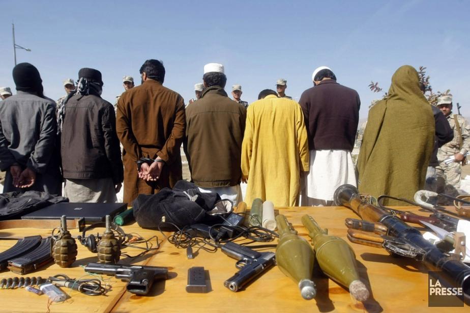 Des combattants talibans faits prisonniers par la police... (PHOTO ARCHIVES REUTERS)