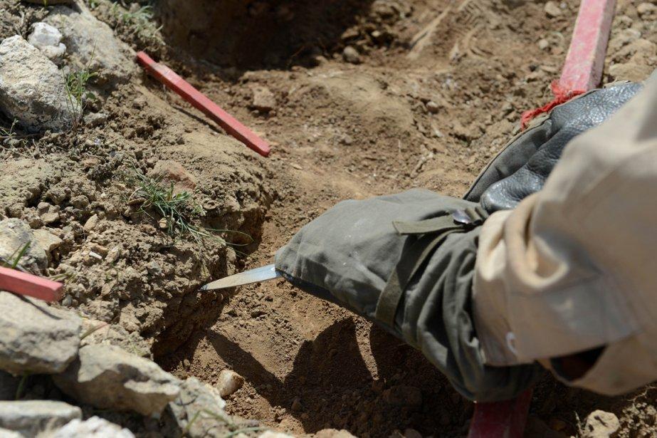 Trois décennies de conflits, d'abord l'invasion soviétique (1979-1989), puis la guerre civile entre chefs de guerre afghans (1992-1996), celle entre les talibans et l'Alliance du Nord du commandant Massoud (1996-2001) et enfin celle entre talibans et la coalition de l'Otan (depuis 2001) ont constellé de mines l'Afghanistan. | 3 avril 2013