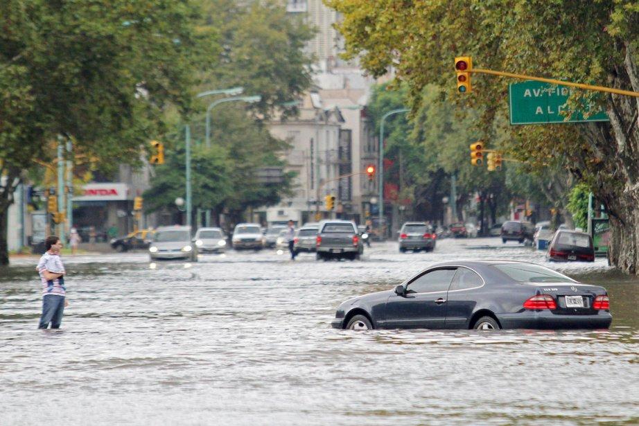 Les pluies diluviennes, tombées dans la nuit de... (PHOTO SANTIAGO PANDOLFI, AFP)