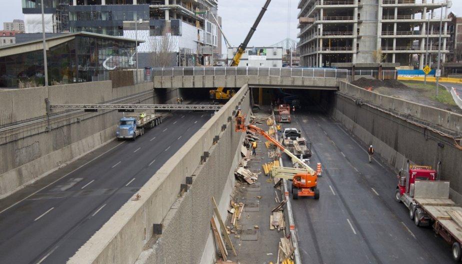 Enlèvement des paralumes sur l'autoroute Ville-Marie après l'effrondement... (Photo Robert Skinner, La Presse)