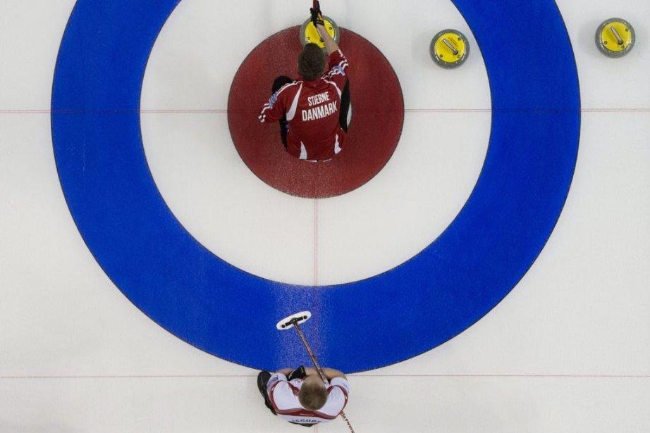 Brad Jacobs et Rasmus Stjerne... (Photo Jonathan Hayward, La Presse Canadienne)