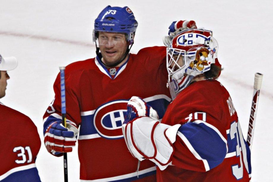 Michael Ryder (73) félicite Peter Budaj (30) apres la victoire des Canadiens. (Photo Olivier Jean, La Presse)