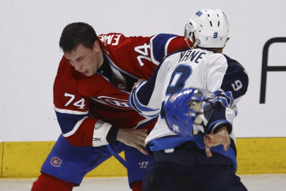 Combat entre Alexei Emelin (74) et Evander Kane (9) lors de la troisième période. | 4 avril 2013