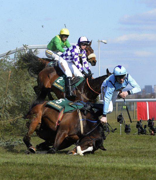 Le jockey Ben Crawford tombe de sa monture lors du steeple-chase d'Aintree en Angleterre | 5 avril 2013