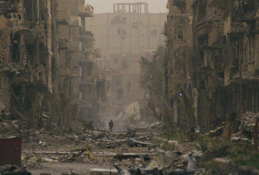 Un enfant marche parmi les ruines d'une rue de Deir al-Zor en Syrie. | 5 avril 2013