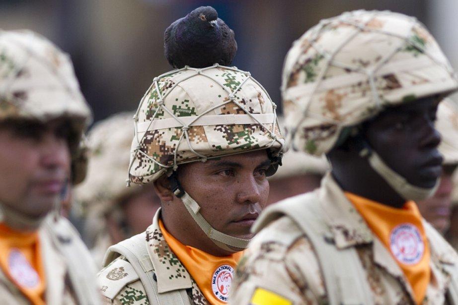 Un pigeon se pose sur le casque de ce soldat de l'armée colombienne | 5 avril 2013