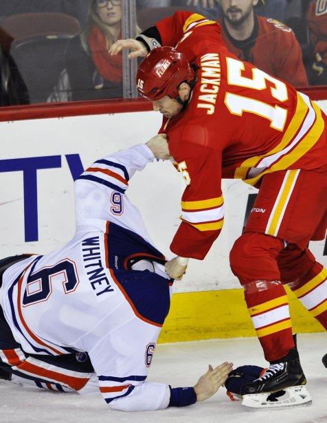 Échange musclé entre Tim Jackman des Flames de Calgary et Ryan Whitney des Oilers d'Edmonton | 5 avril 2013